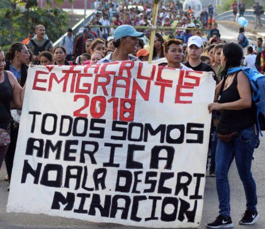 laicos manifestando en defensa de los inmigrantes