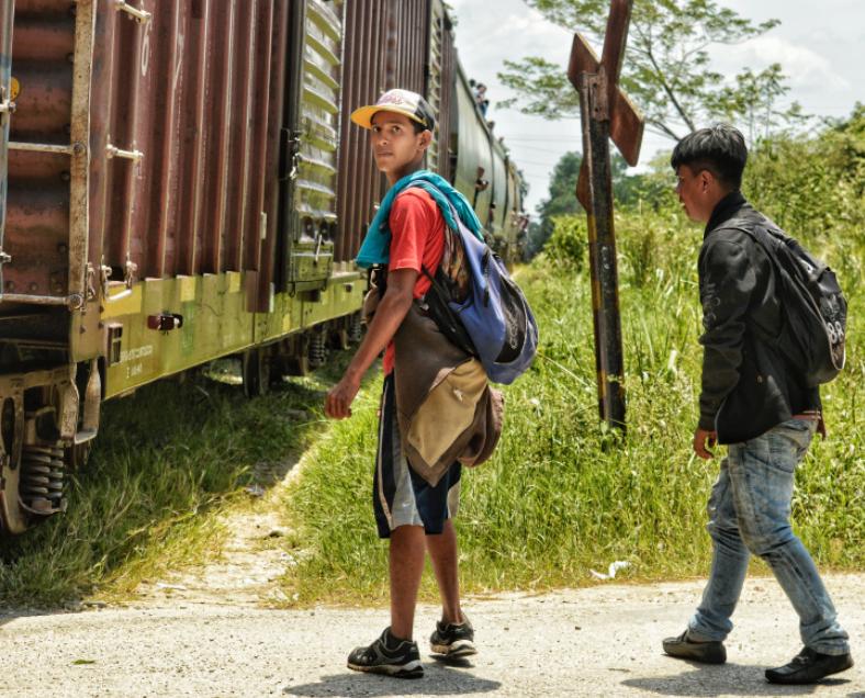 la constante más visible en los grupos de migrantes ha sido la de jóvenes acompañados por sus hijos, la de jóvenes viajando con sus vecinos o amigos de edades similares, la de jóvenes viajando solos porque no tenían familia, etc.