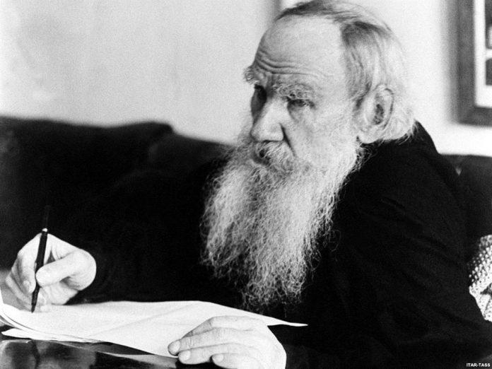 Tolstoi fue ante todo un buscador de la verdad. En esa búsqueda vital vemos en Tolstoi la conversión desde su cuna aristocrática hasta su lecho pobre. De amo de esclavos a liberador de esclavos.