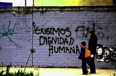 no todo está perdido, porque los seres humanos, capaces de degradarse hasta el extremo, también pueden sobreponerse, volver a optar por el bien y regenerarse, más allá de todos los condicionamientos mentales y sociales que les impongan.